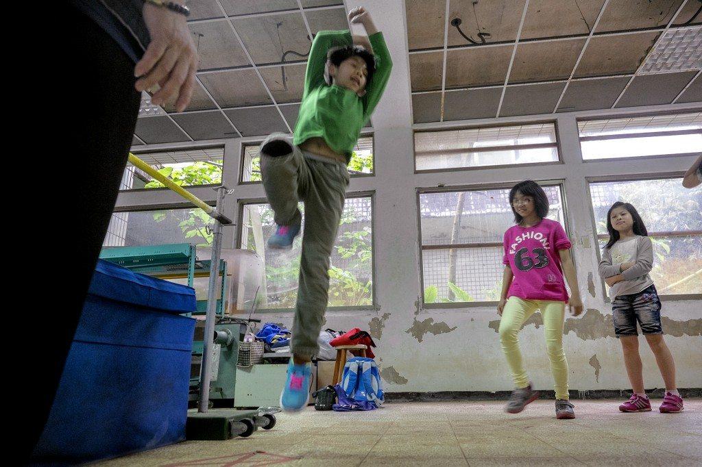 猴硐國小學生回到就校舍進行跳高訓練。