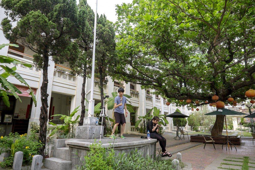 舊鼓山國小建於日本大正元年(1912)。校舍仿西式建築,是日治時期的校舍建築的代表作。目前已經改為旗山生活文化園區。