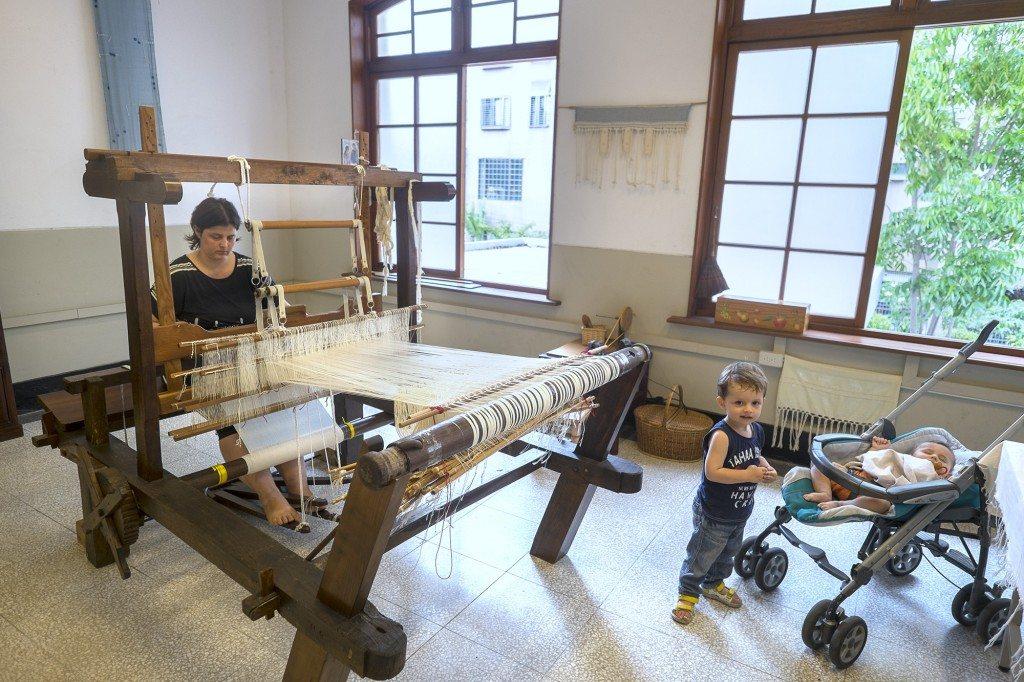 園區二樓進駐的編織藝術家。舊鼓山國小建於日本大正元年(1912)。校舍仿西式建築,是日治時期的校舍建築的代表作。目前已經改為旗山生活文化園區。