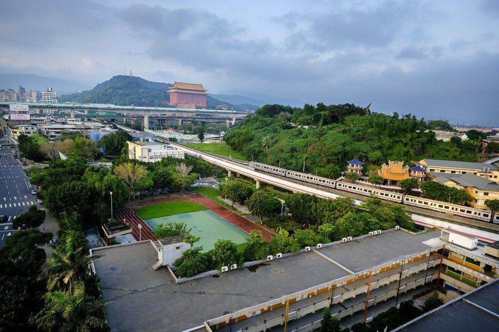 規劃為中繼住宅預定地的台北市明倫國小,鄰近捷運圓山站和花博園區的精華地段,因都會區人口稠密,校地的再使用方式也引發多方討論與爭議。