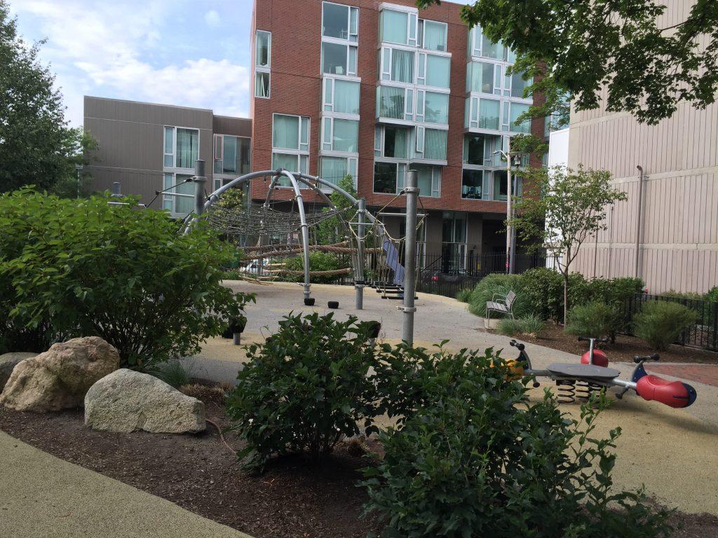 混齡的兒童遊戲場 (中間用自然元素區隔, 但大人是看得到的)