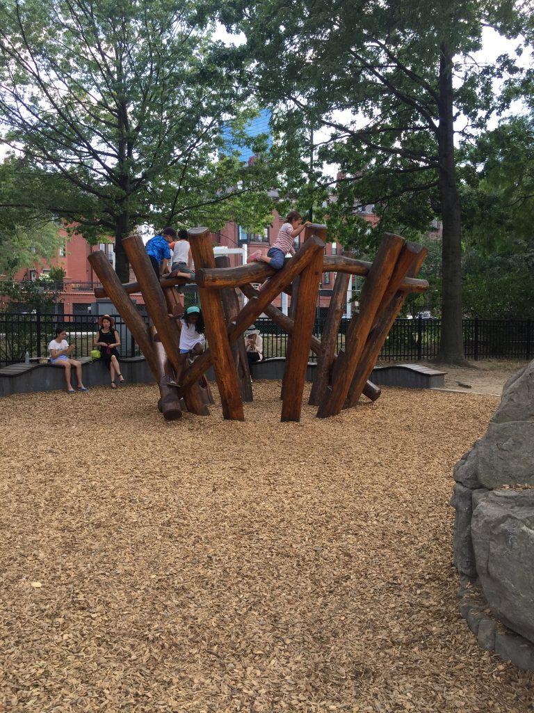 中大小孩的兒童遊戲場 (木頭, 石頭都不低, 小朋友及家長要為自己負責, 地面是木屑)