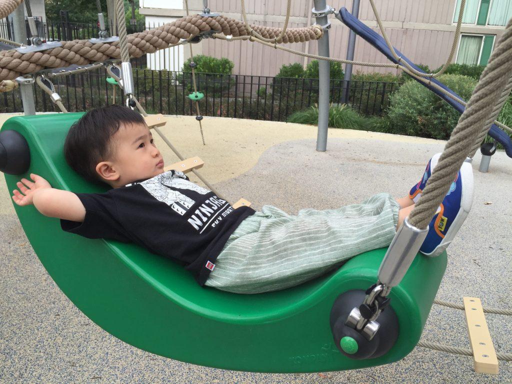 較大年紀的兒童遊戲場, 這個設施離地約1米2, 小朋友很開心, 大人必須負看顧的責任