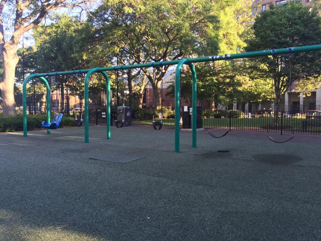 十多年沒變過的兒童遊戲場 (十年前這個遊戲場的盪鞦韆就有分齡的設計)