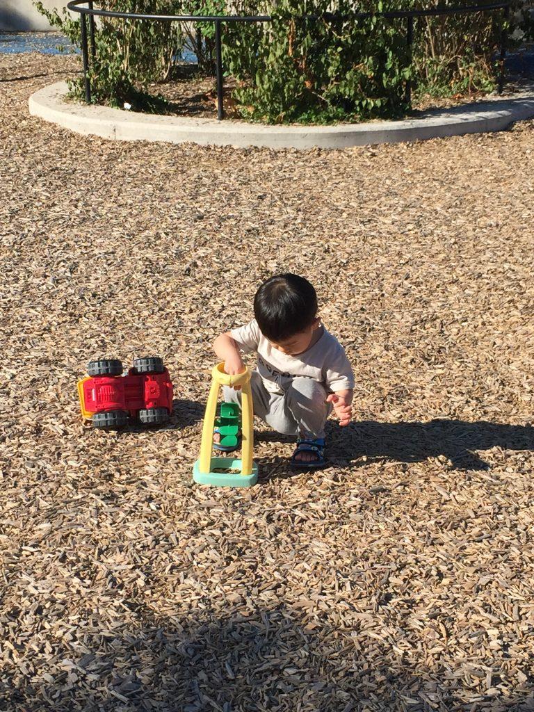 兒童遊戲場的鋪面是木屑, 可以防摔, 也可以玩