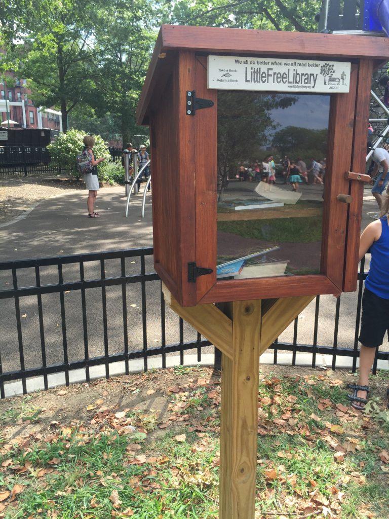 兒童遊戲場旁的小小圖書館 (裡面的書可以自由閱讀)