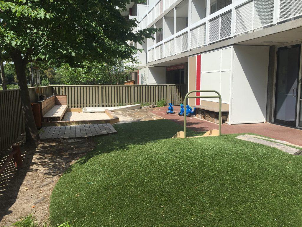 幼稚園的戶外教室 (孩子可以每天跟沙, 水, 草, 樹, 松鼠, 地景玩)